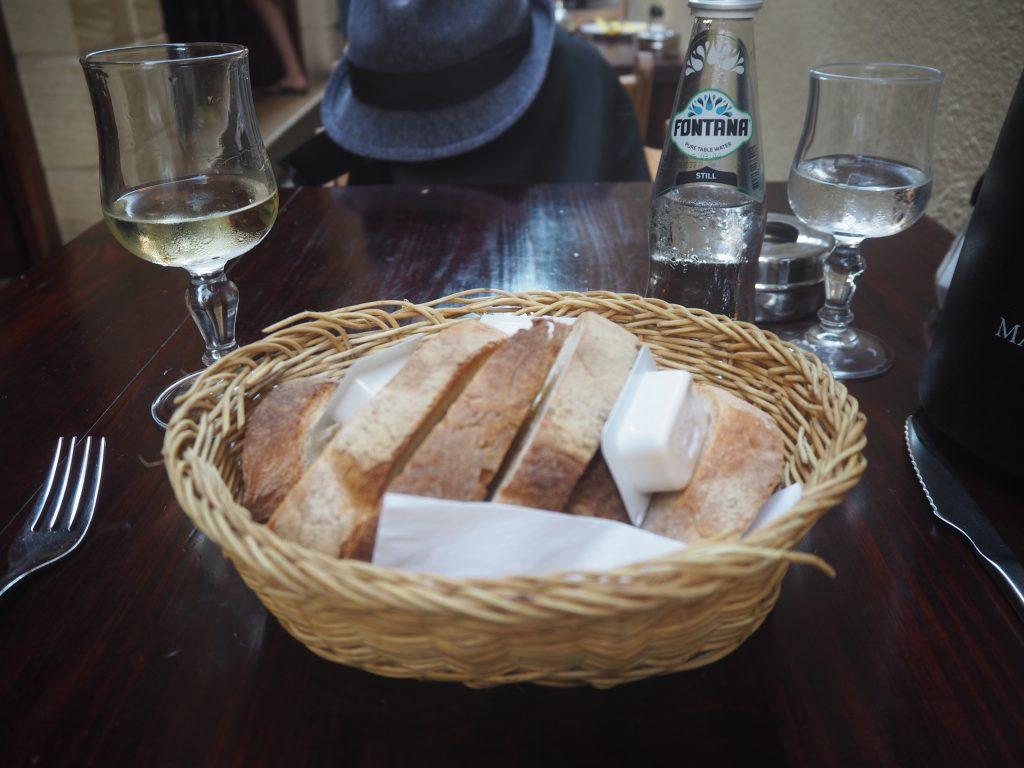パンは香ばしくて上品な味わいで美味しく、ワインとの相性も抜群だ