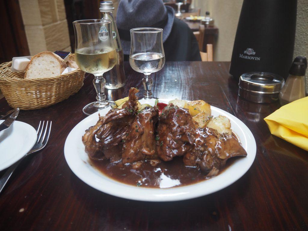 マルタと言えばウサギ料理とマルタワイン。まさに貴族の食事である