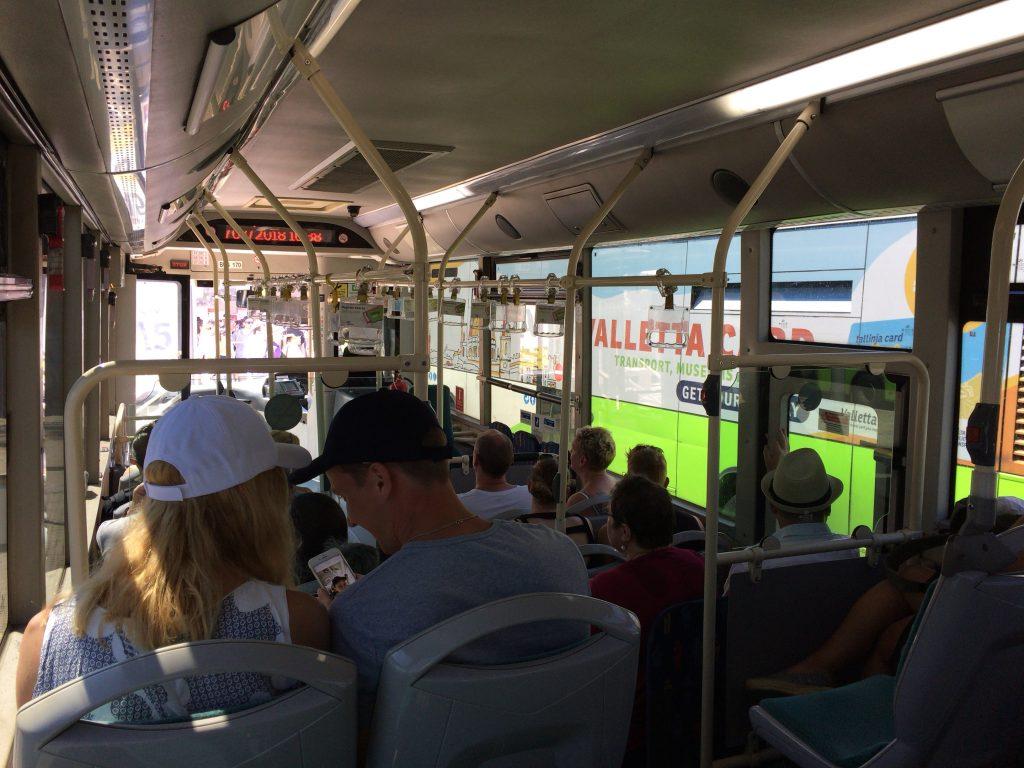 74番のバスに乗車。郊外に向かうバスはそれほど混んでいない