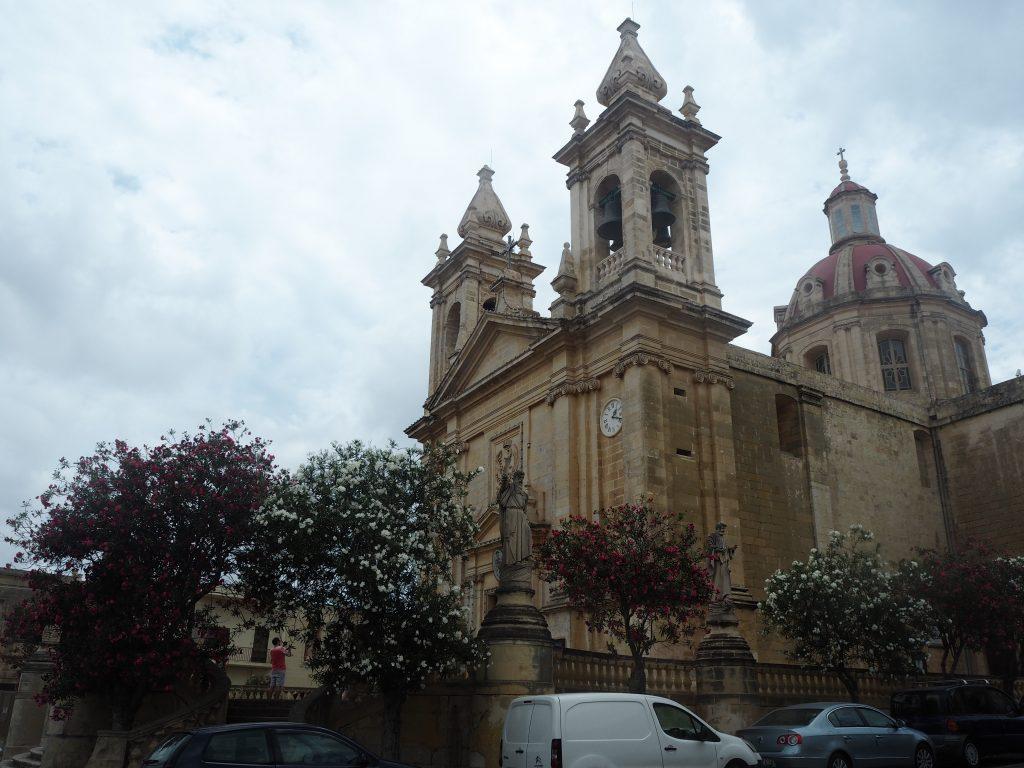 「Quaint Hotel」前の教会