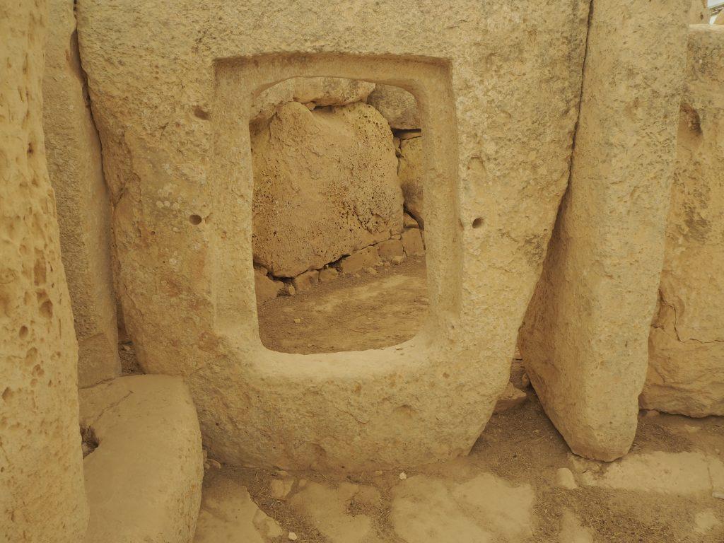窓のように綺麗に穴が開けられた石。祭礼室に続くドアらしい