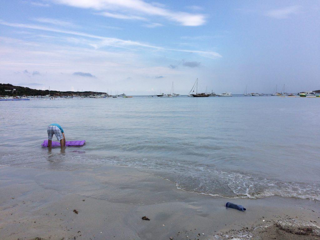 雨が降ると水がビーチに流れ込む