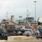ゴゾ島の港からフェリーを眺める