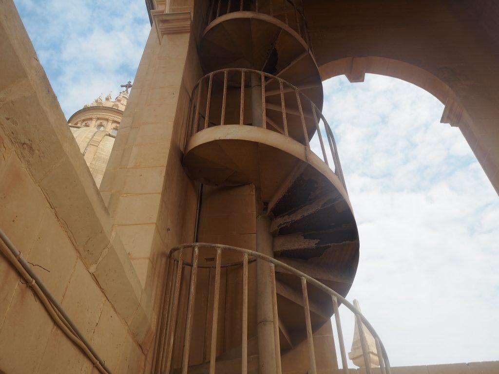 階段。勇気がある人は上ってみよう