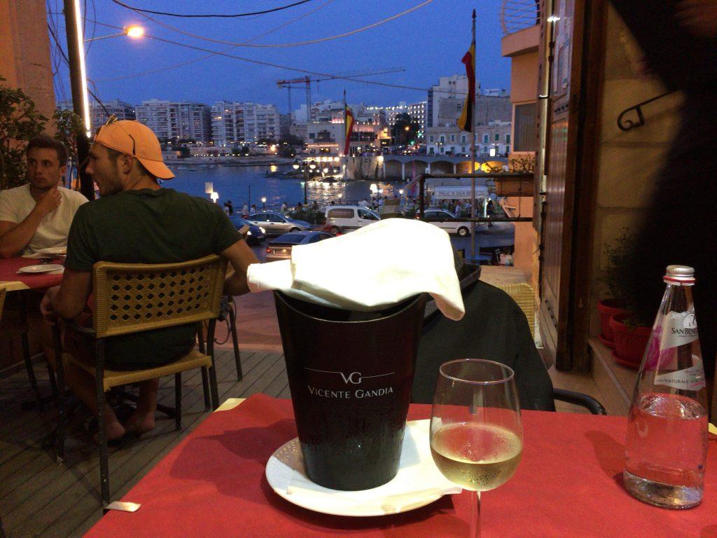 地中海の青い海には白ワインが良く似合う