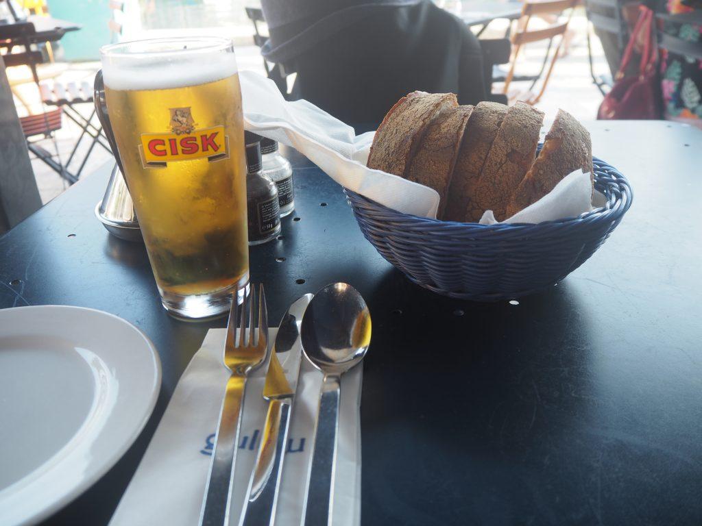 マルタビールのチスク(Cisk)と付け合わせのパン