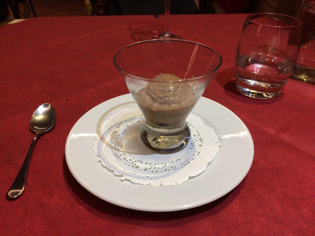 食後のデザート(チョコレートアイスクリーム)