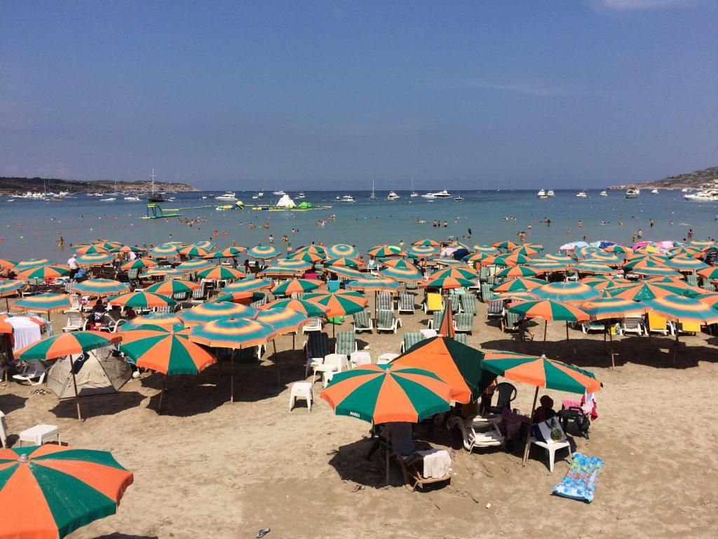 パラソルが立ち並ぶメリッハベイのビーチ