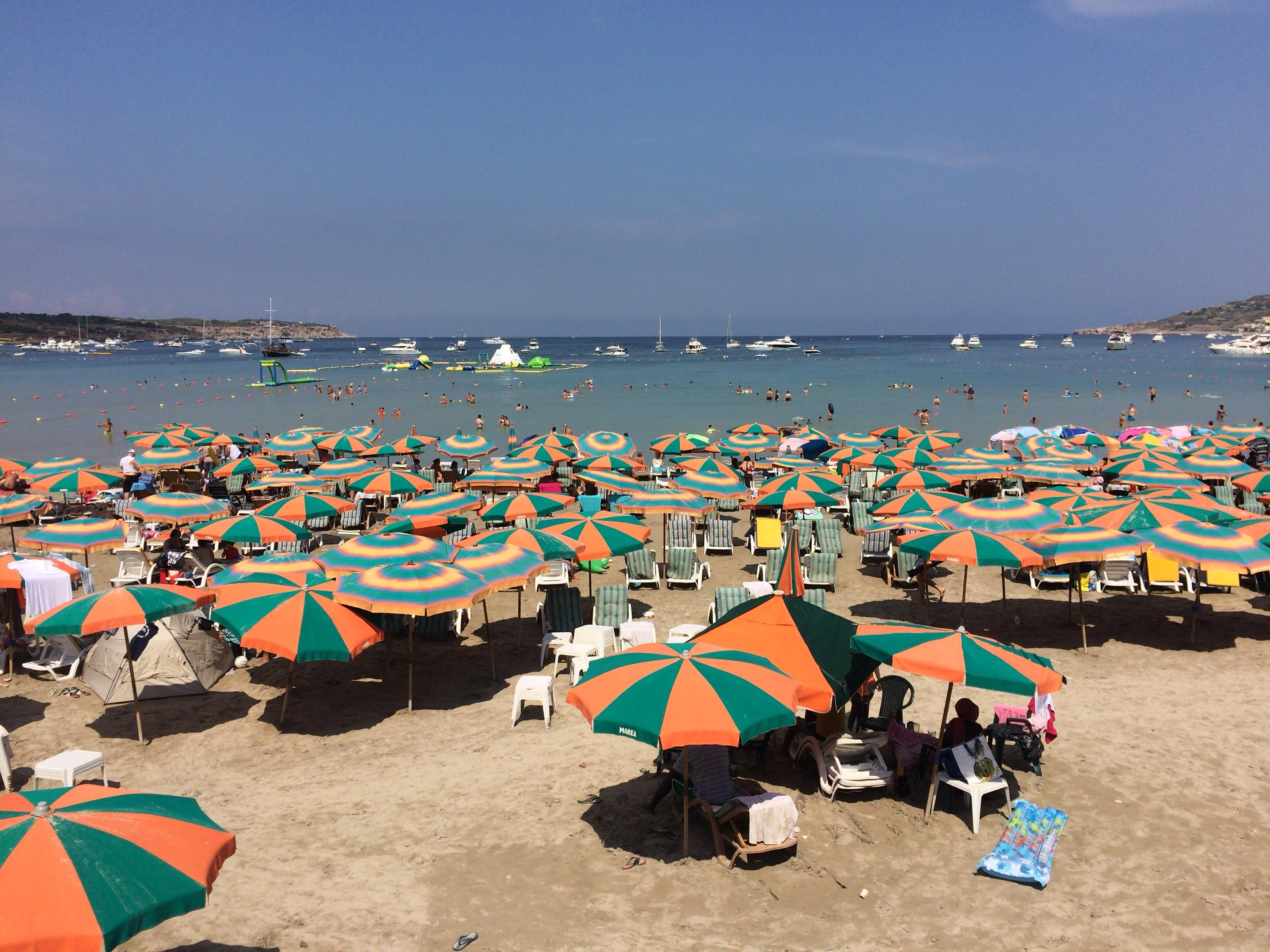 パラソルで埋め尽くされるビーチ