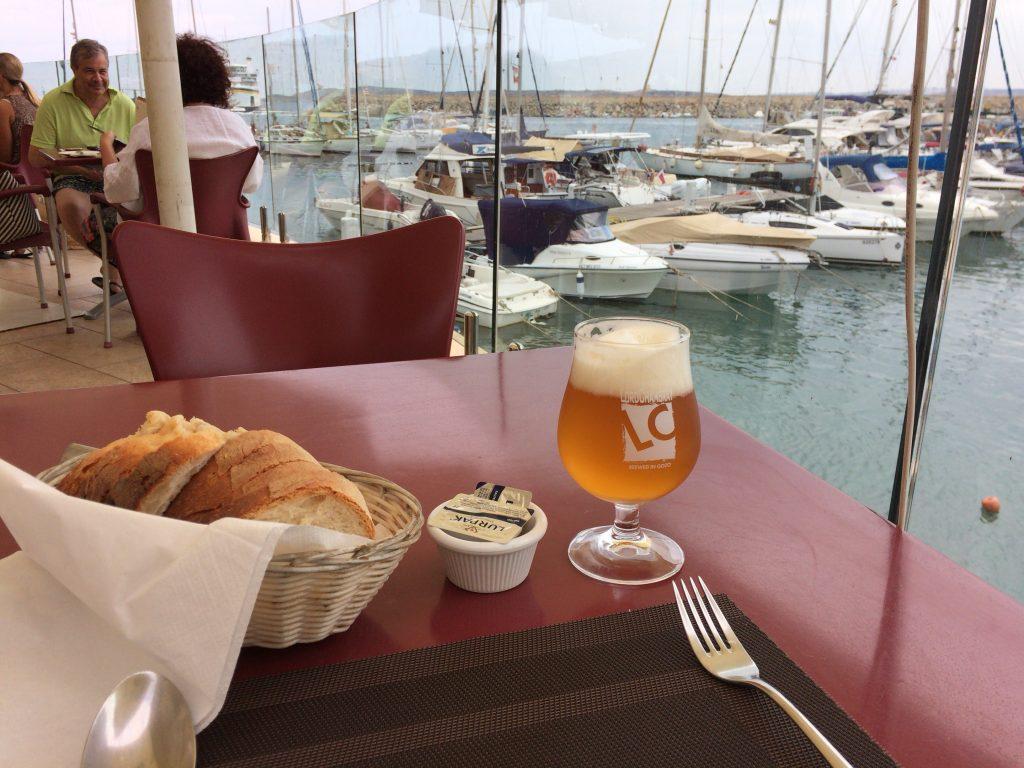 まずはゴゾ島の地ビールと付け合わせのパンをいただく