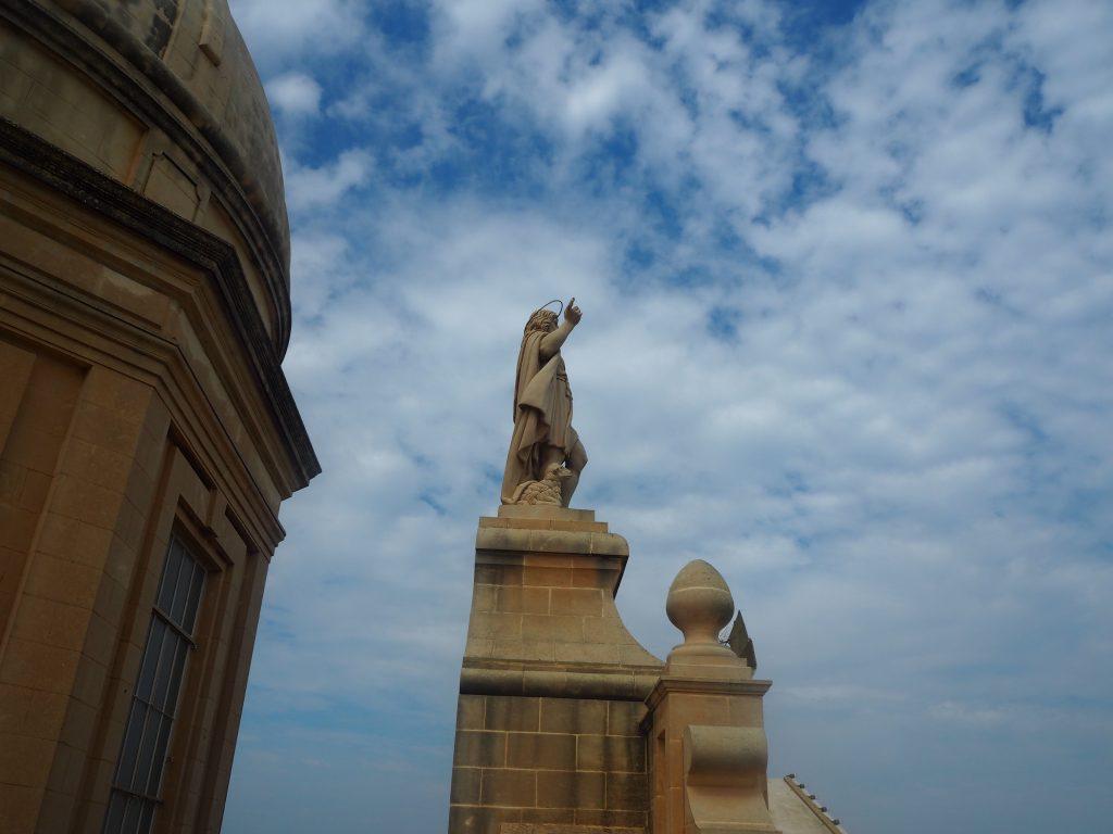 教会の屋上に立つ像