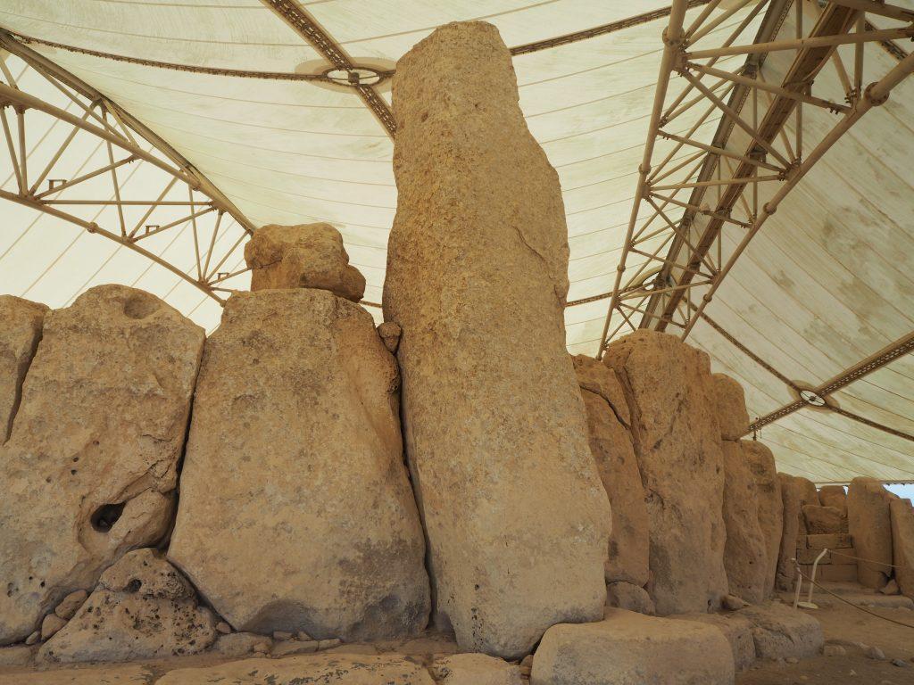 こちらは高さ5.2mの巨石