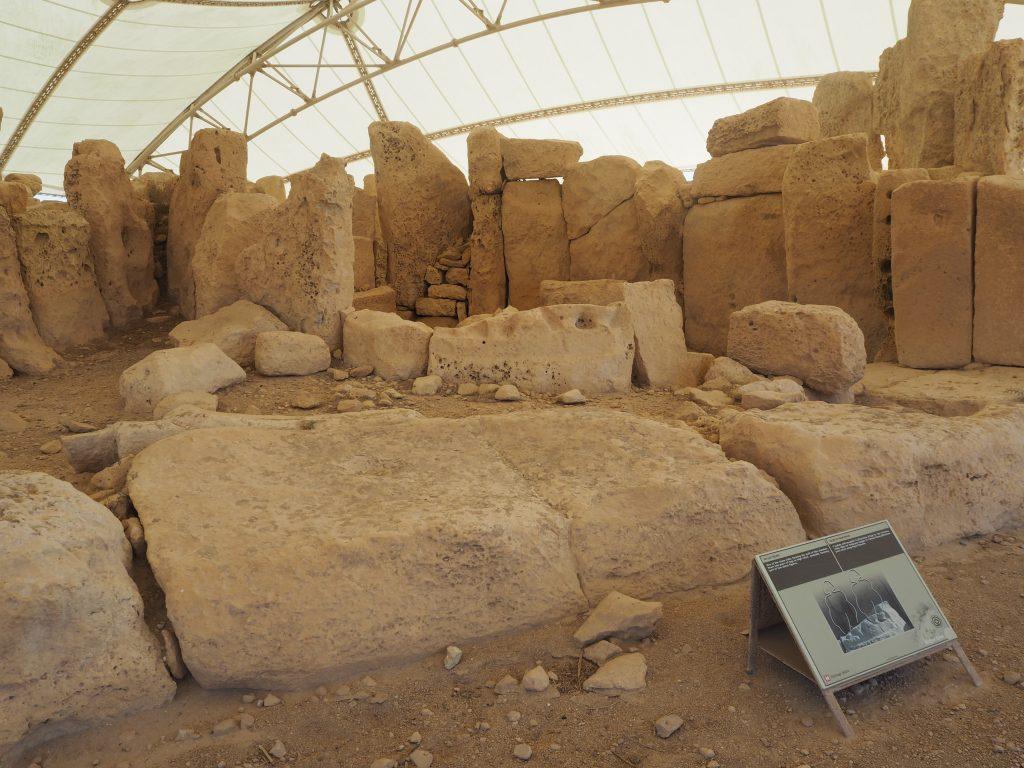 2体の巨大な女神像が立っていた跡がある