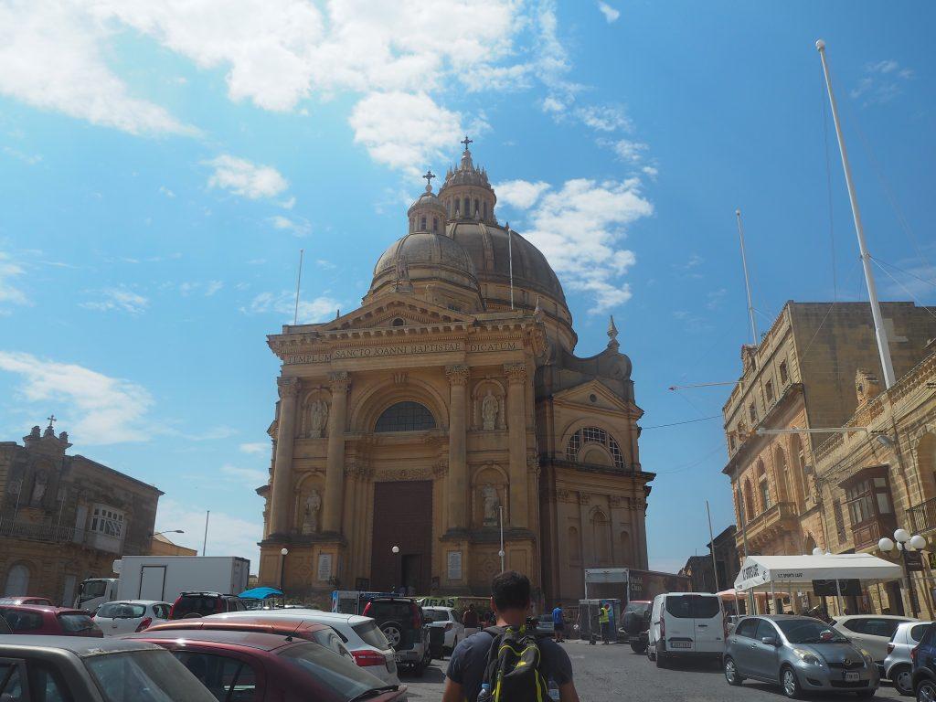 青空に映えるシェウキーヤ教会