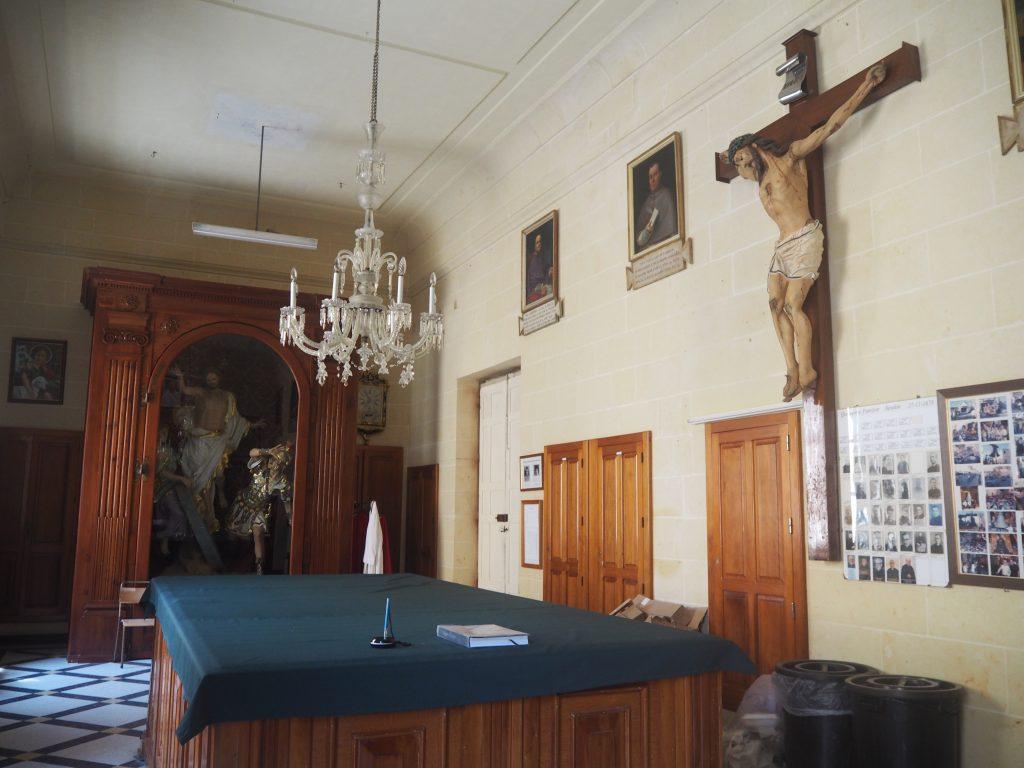 十字架に磔にされたキリスト像