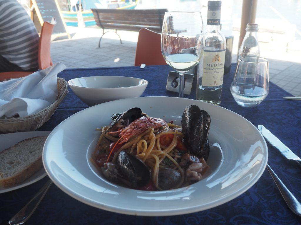 シーフードスパゲティとマルタワイン
