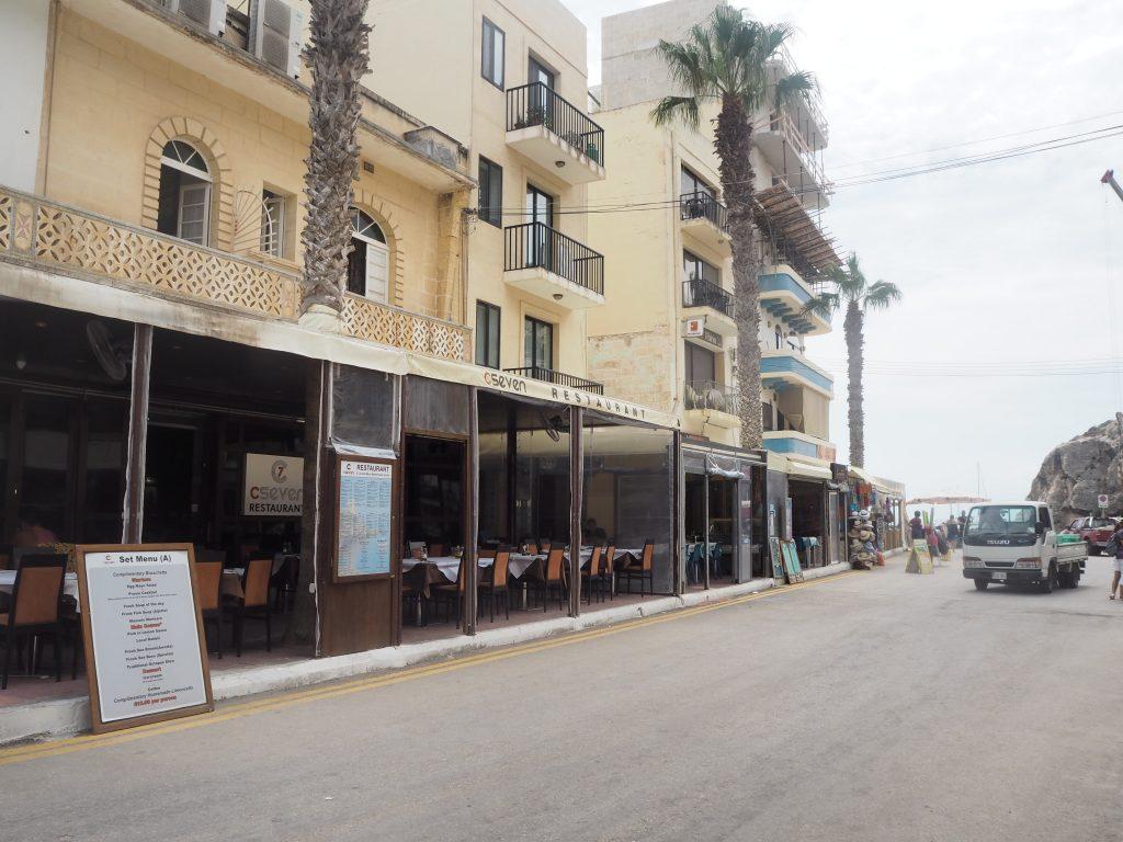 海沿いにはレストランが軒を連ねる