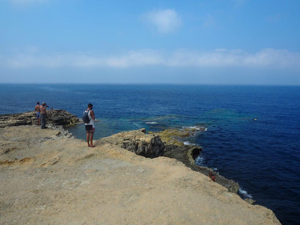 ブルーホールを見下ろす崖の上