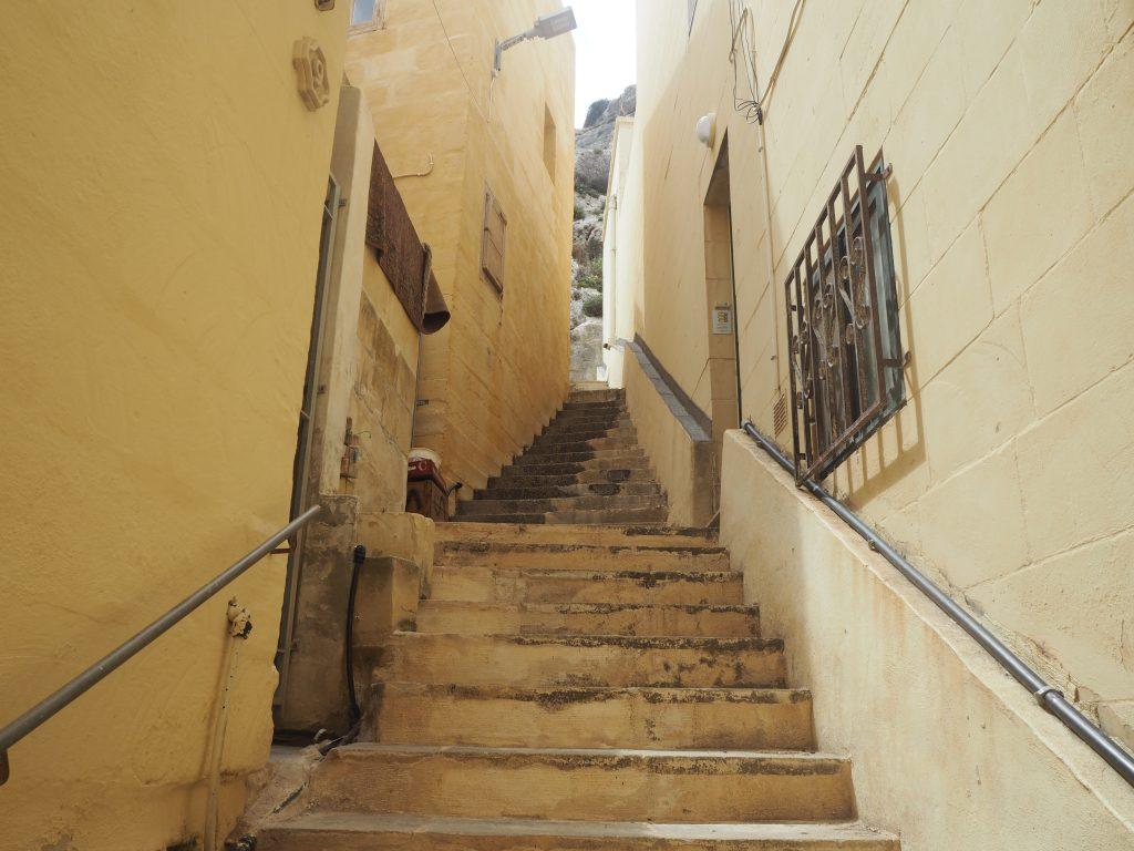 階段を上って崖の上へ