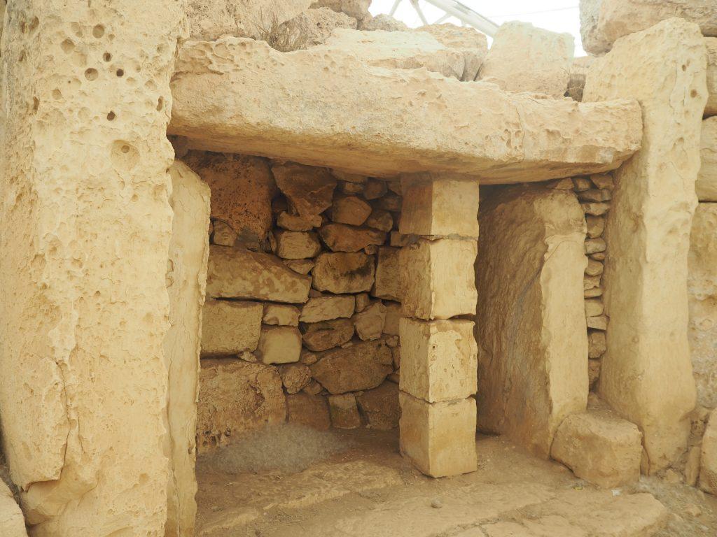 神殿内部には綿のようなものが置かれていた