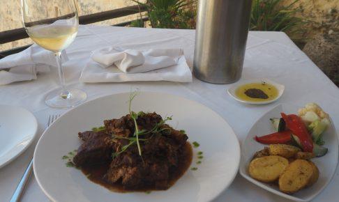おしゃれなレストランにはウサギ料理とワインがよく似合う