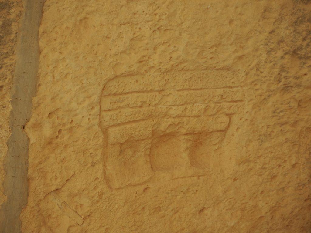 壁に刻まれた神殿の絵