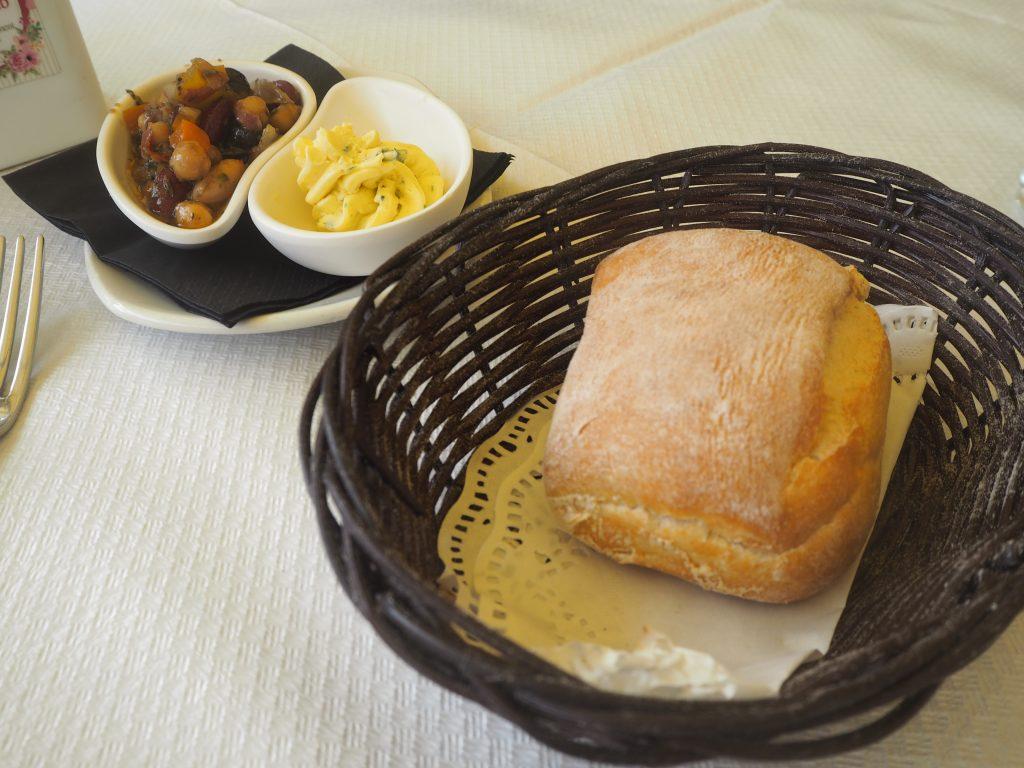 お決まりのパン、そして前菜も付いてくる