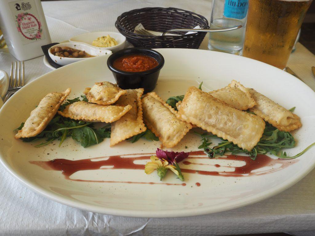 ラビオリ(Ravioli)。肉や野菜などの食材をパスタ生地で包んだ料理だ