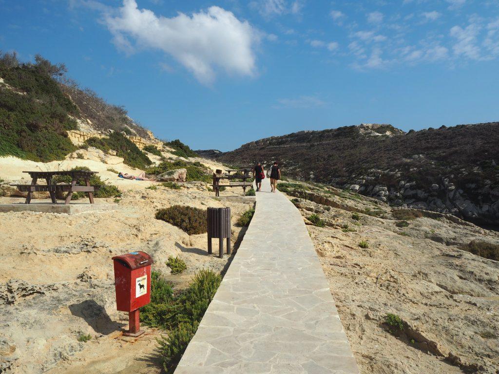 湾の南側に伸びる遊歩道を歩く