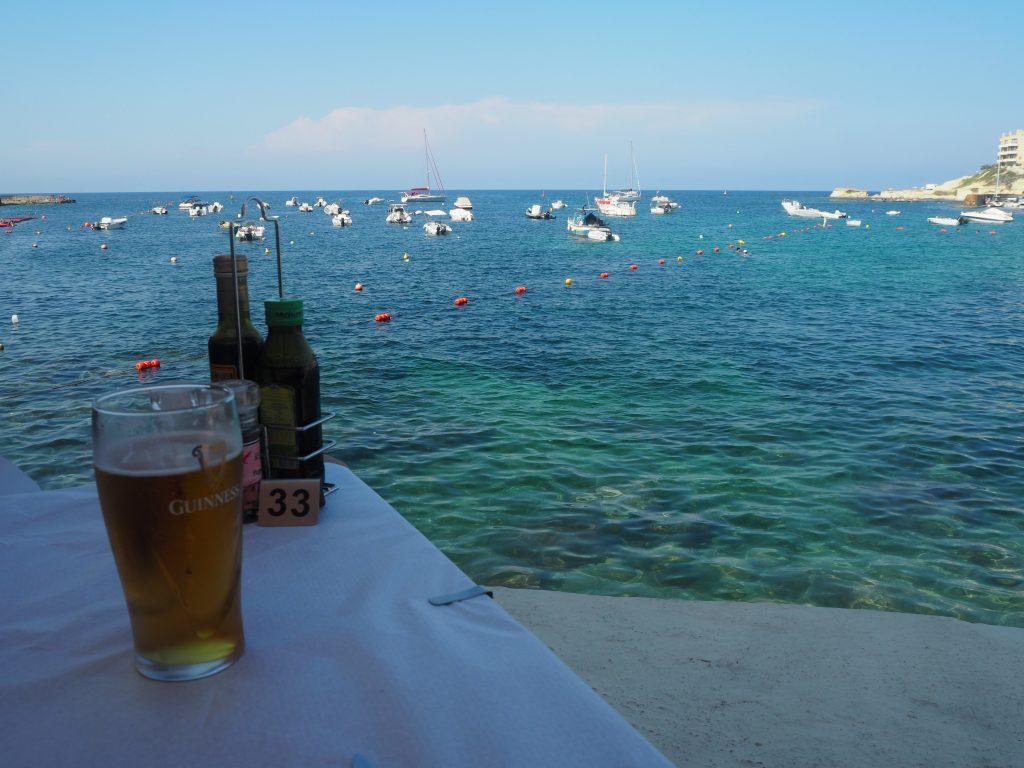 地中海を眺めながらマルタビールのチスク(CISK)をいただく
