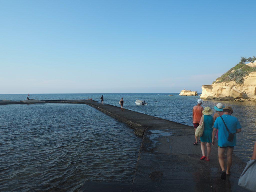 マルサルフォルン湾の東側を歩く