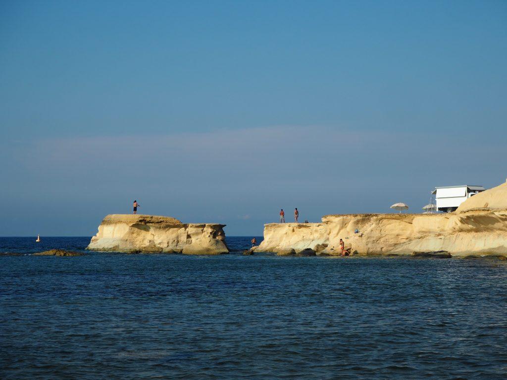 マルタは崖が多い