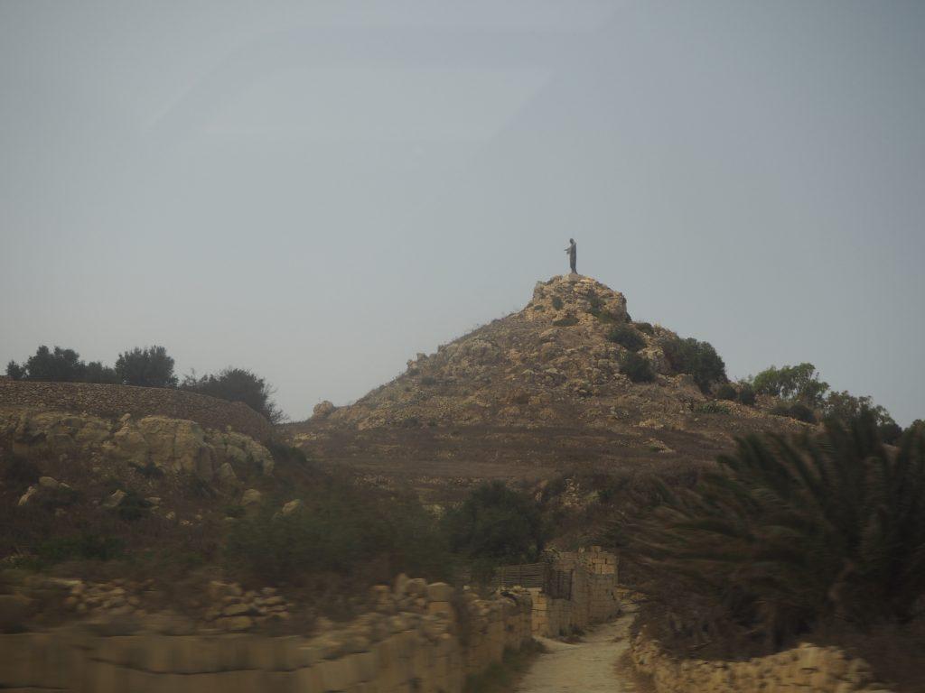 丘の上に立つキリスト像