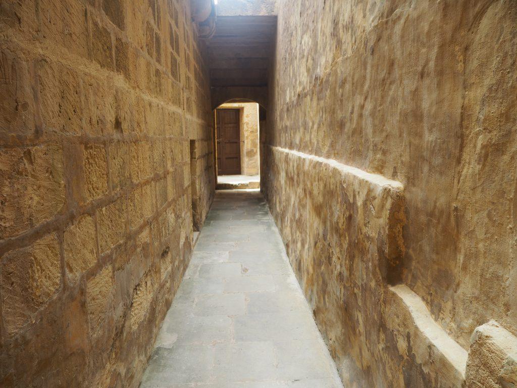 旧刑務所(Old Prison)の狭い通路
