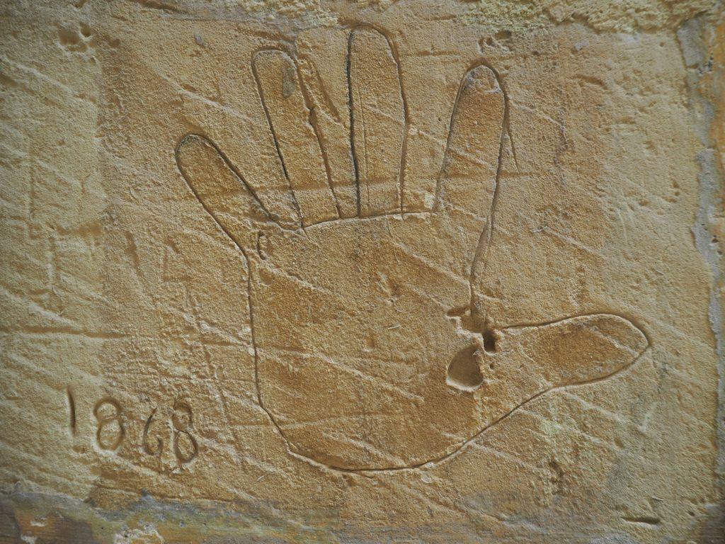 刑務所の壁にある手形