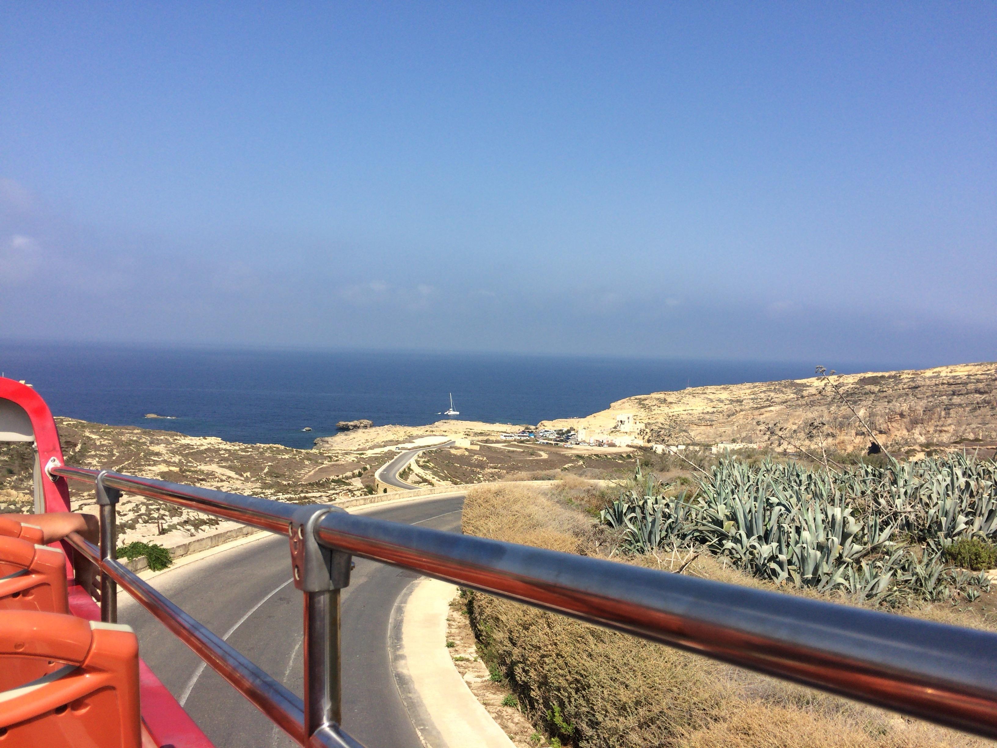 オープントップバスの2階からの風景