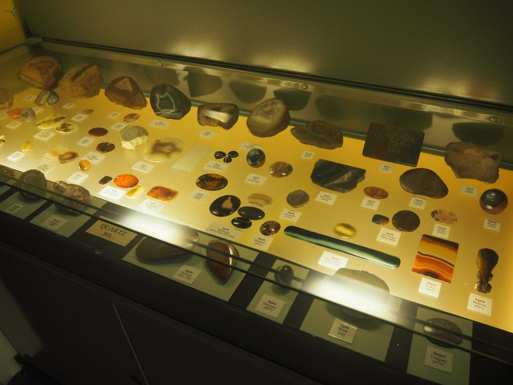 様々な鉱石が展示されている