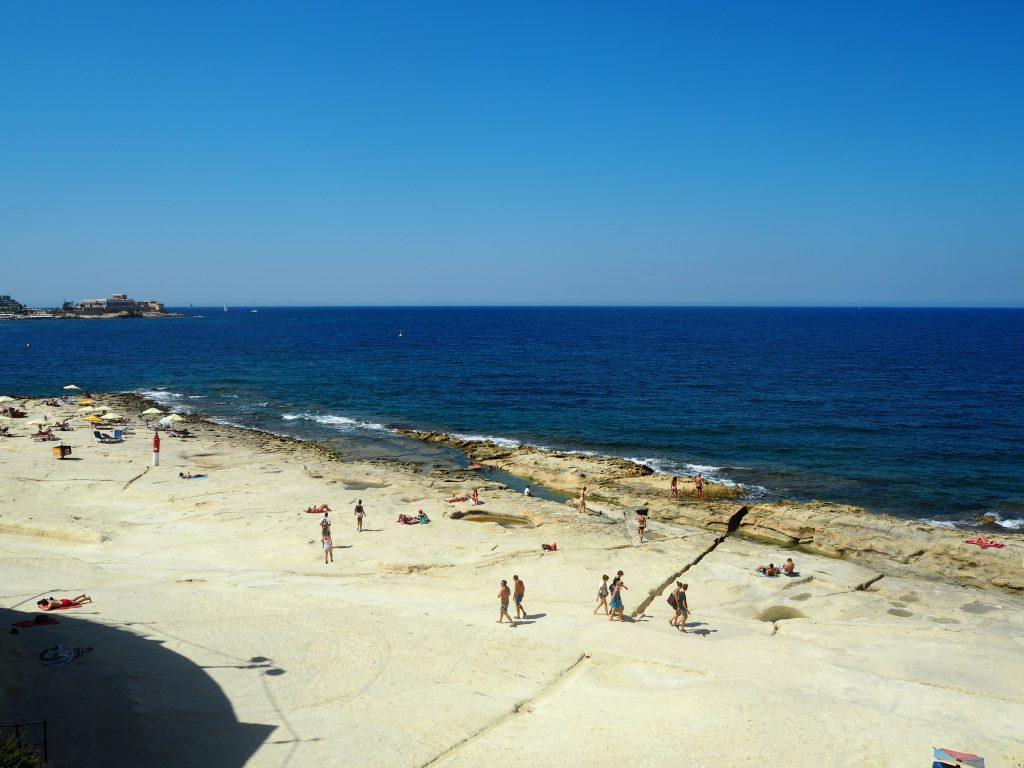 マルタ島スリーマにある岩場の海水浴場
