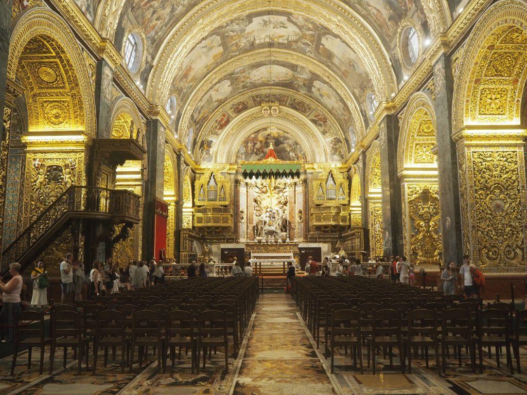 聖ヨハネ大聖堂の内部(奥は中央祭壇)