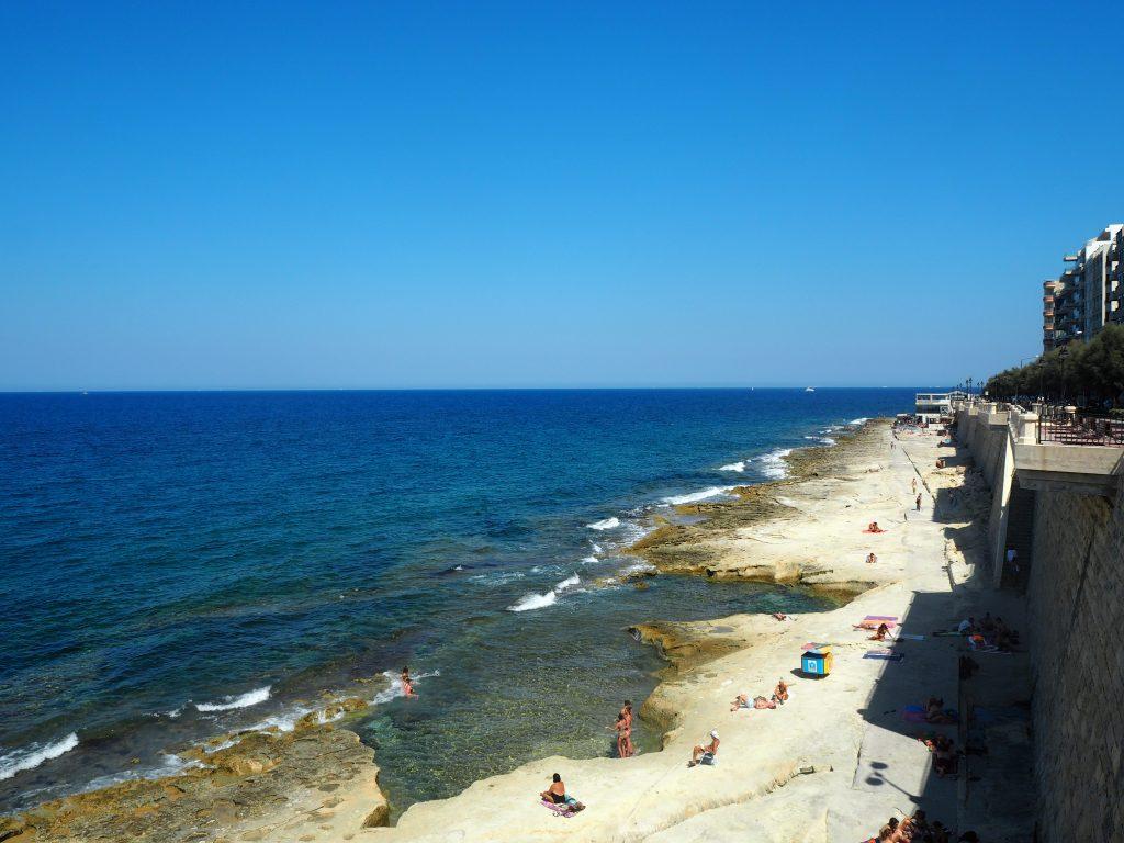 岩場のビーチが多いマルタ