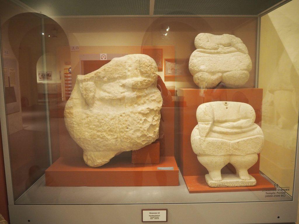 ハジャーイム神殿から出土した立身像