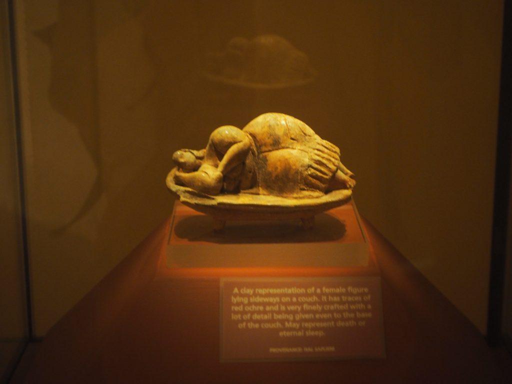 ハイポジウム神殿から出土した眠れる女神