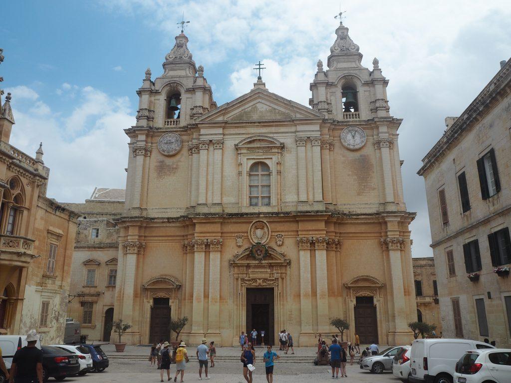 バロック様式の大聖堂のファサード