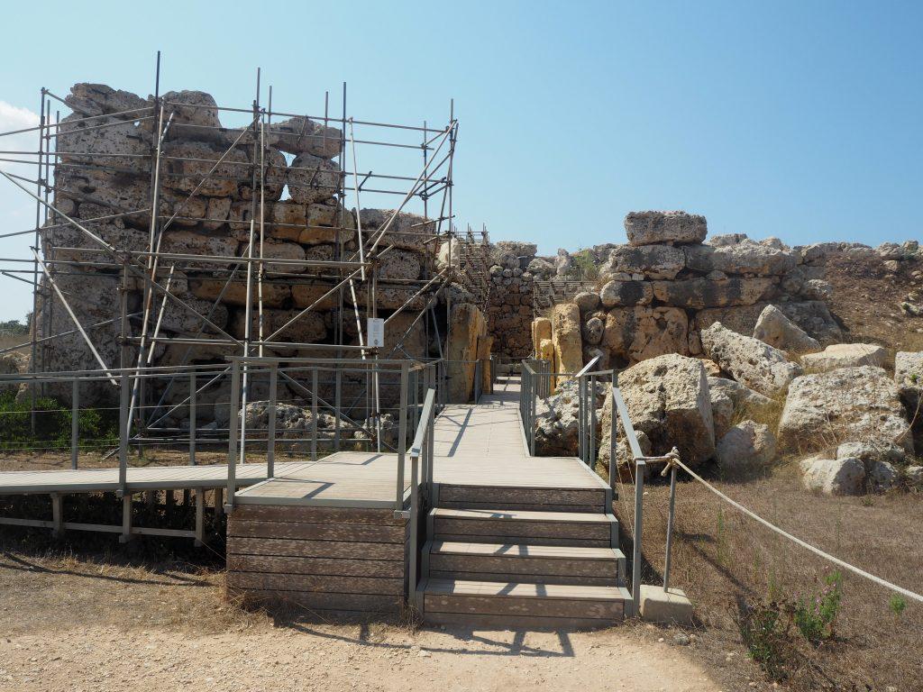 左側の神殿の入り口