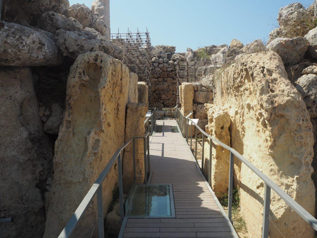 左側の神殿の内部。内部には軟らかいグロビゲリナ石灰岩が使用されている