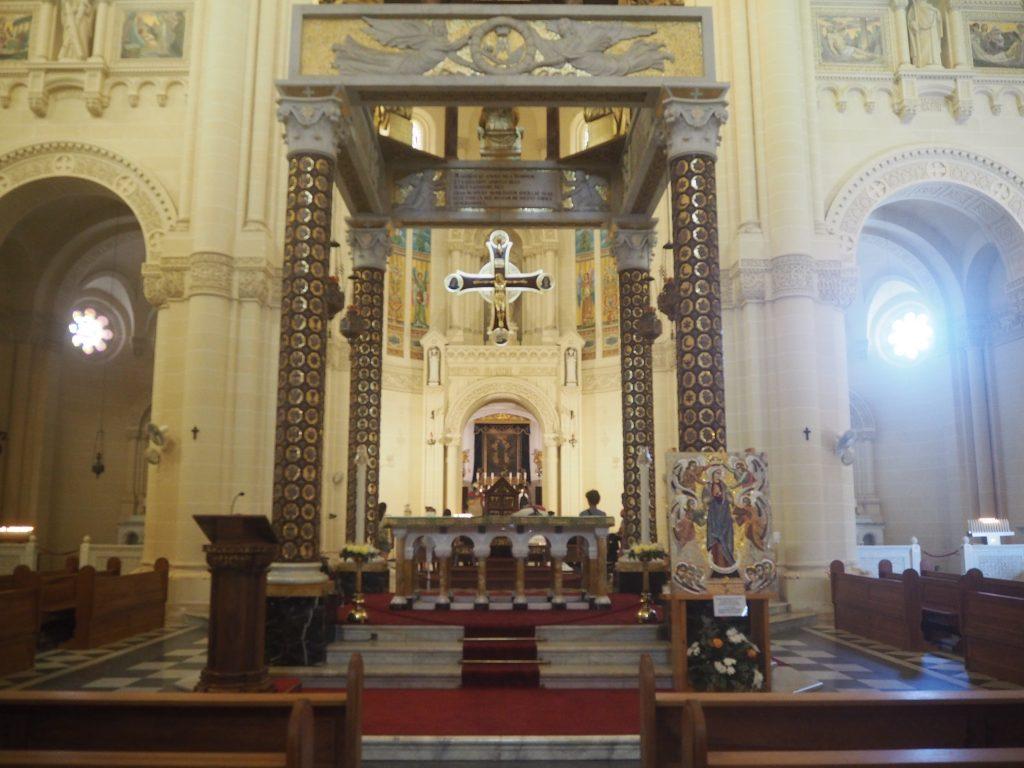 タピーヌ教会の内部