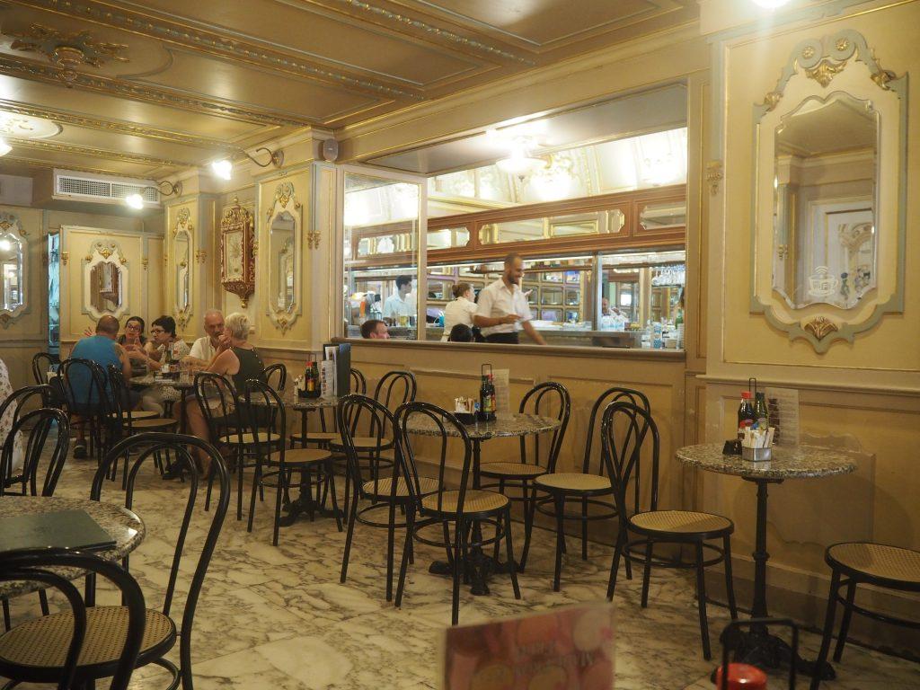 「カフェ・コルディナ」の店内