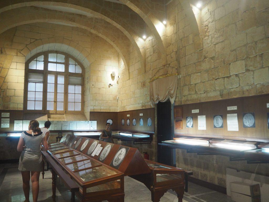 博物館内部の貨幣コレクション