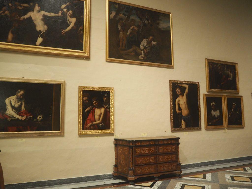 様々な絵画が展示されている