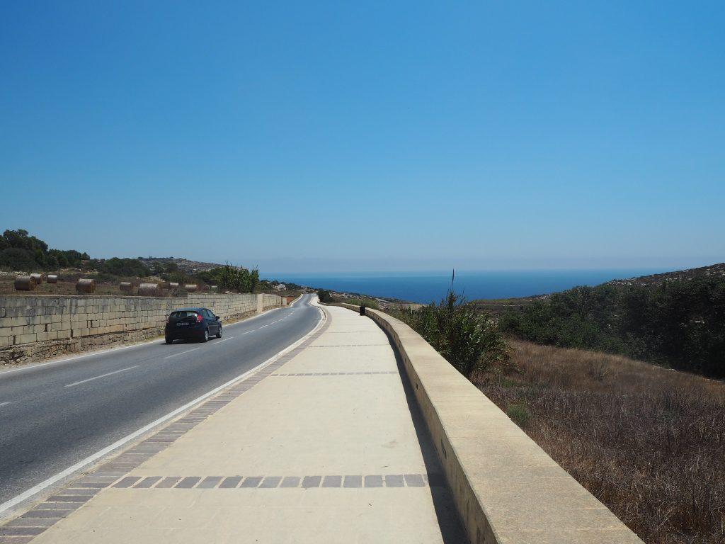 夏のマルタ島は空も海も真っ青だ